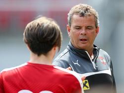 ÖFB-U16-Teamchef Manfred Zsak klatscht ab