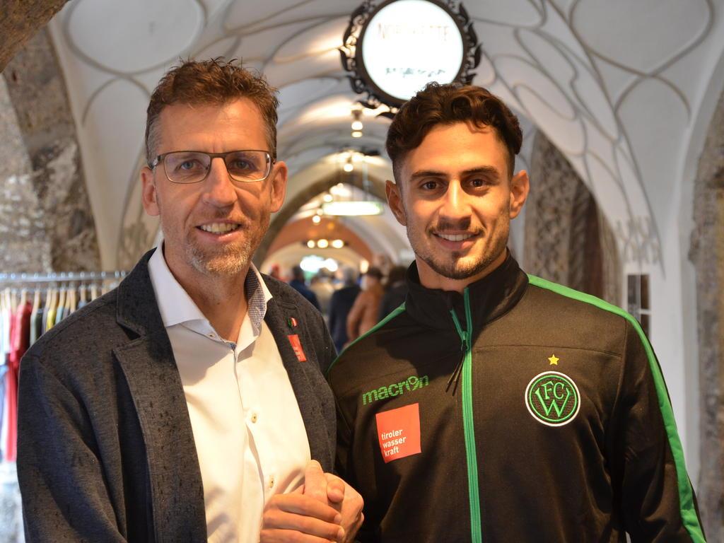 Wackers General Manager Alfred Hörtnagl mit Neuzugang İlkay Durmuş. © FC Wacker Innsbruck