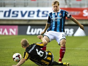 Simon Tibblin (r.) vecht om de bal met David Frölund (l.) tijdens BK Häcken - Djurgårdens IF. (28-7-2014)