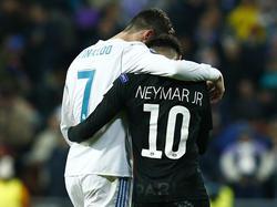 Ronaldo y Neymar se abrazan en la ida de octavos de la Champions. (Foto: Getty)