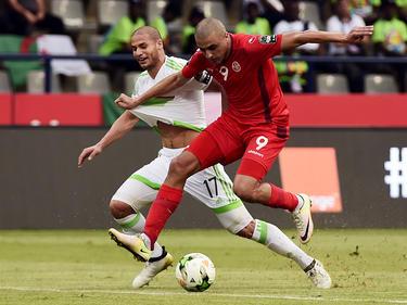 Ahmed Akaïchi (r.) gewann mit Tunesien gegen Algerien