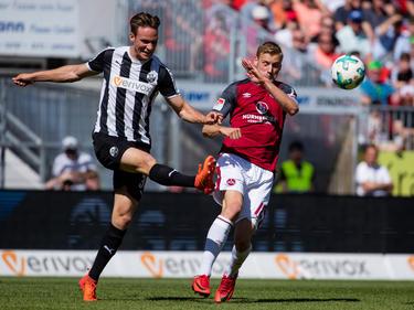 Tim Knipping (l.) vom SV Sandhausen wurde nach Unterschenkelbruch operiert