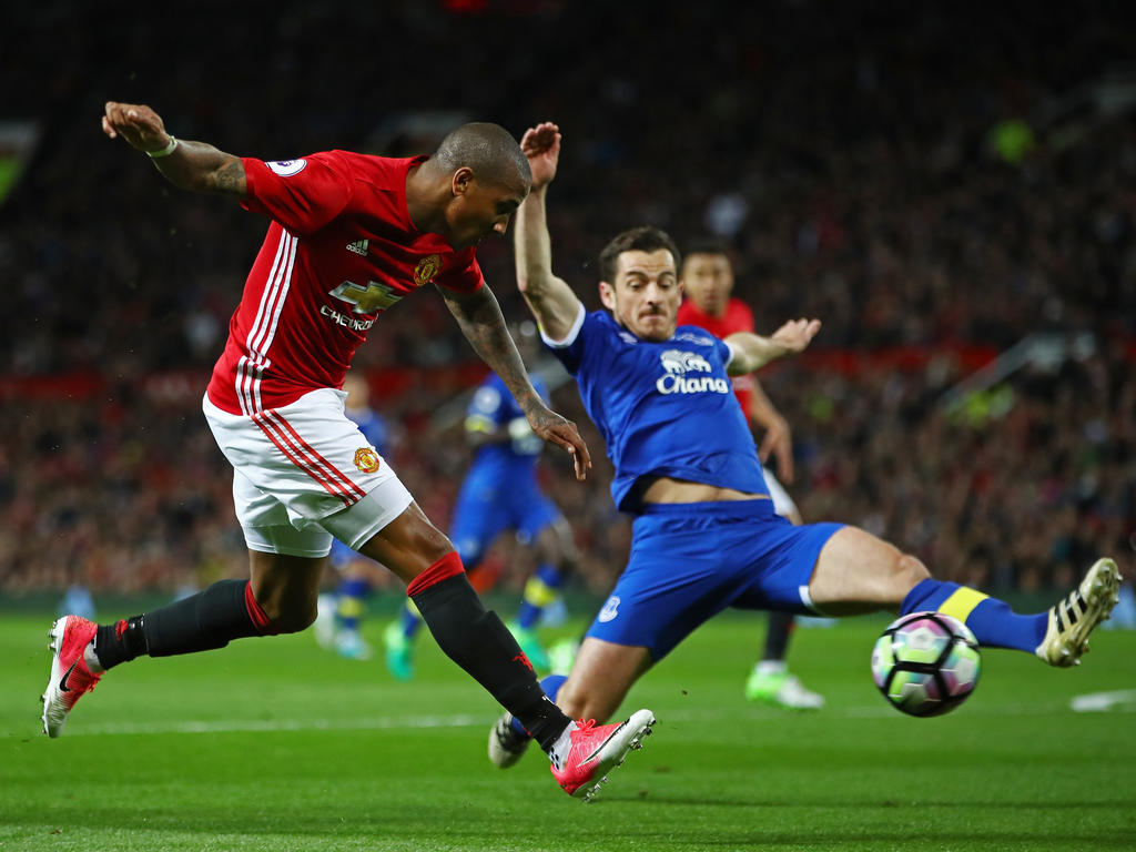 Ashley Young (l.)