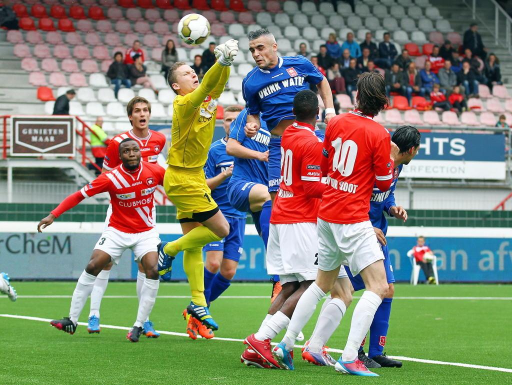 Keeper Richard Arends (m.) van FC Oss zit naast de bal waardoor MVV speler Antonio Stankov (m) de bal er in kopt. (21-04-2014