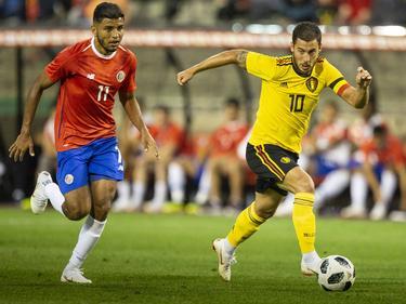 Hazard (dcha.) conduce el cuero ante la mirada de Venegas. (Foto: Imago)