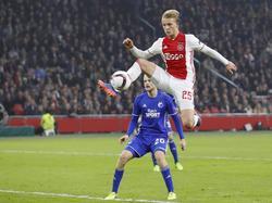 Kasper Dolberg komt hoog na een voorzet van Hakim Ziyech in het duel tegen FC Kopenhagen. (16-03-2017)
