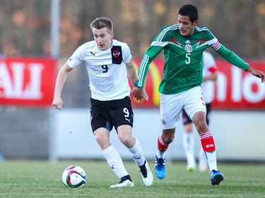ÖFB-U20-Teamspieler Valentin Grubeck im Zweikampf mit dem Mexikaner Sergio Flores