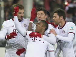 Robert Lewandowski (M. hinten) erzielte beide Treffer für den FC Bayern