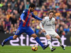 Luka Modric (dcha.) en un encuentro ante el Barça en LaLiga. (Foto: Getty)