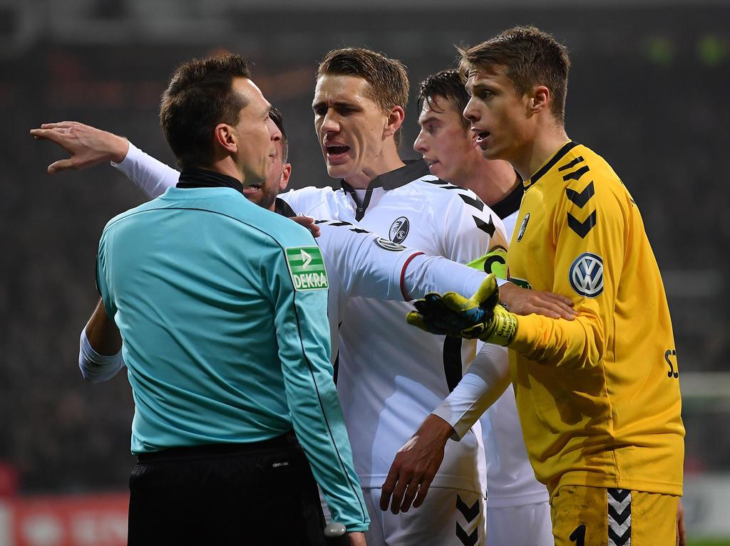 Das Schiedsrichtergespann musste nach dem Pokalspiel zwischen Bremen und Freiburg Kritik einstecken