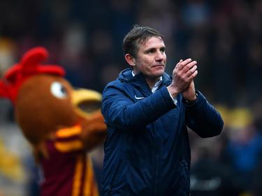 Bradford-Coach Phil Parkinson applaudiert seinen Fans nach dem FA-Cup-Erfolg seiner Elf über Sunderland (15.02.2015).