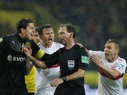 Schiedsrichter Florian Meyer nimmt seine Entscheidung zurück