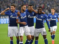 Arm in Arm: Schalke feiert den Befreiungsschlag in der Liga