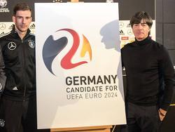 Leon Goretzka und Jogi Löw präsentieren das Logo für die EM-Bewerbung 2024