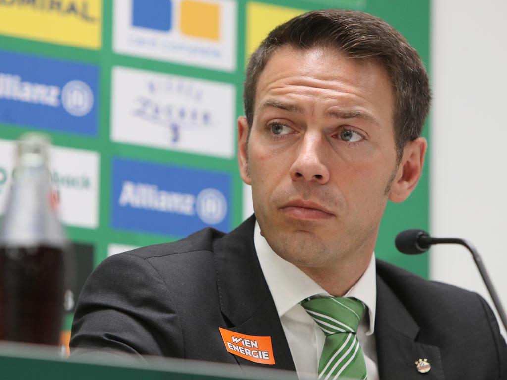 Rapid-Geschäftsführer Christoph Peschek geht auf die Schiedsrichter zu