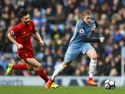Kevin De Bruyne (r.) snelt langs Adam Lallana (l.) tijdens het competitieduel Manchester City - Liverpool (19-03-2017).