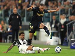 Kylian Mbappé (r.) von der AS Monaco geht erhobenen Hauptes von der großen Bühne