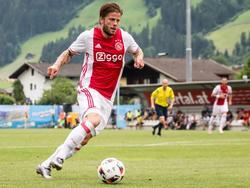 Lasse Schöne versnelt met de bal tijdens het oefenduel met het Oostenrijkse FC Liefering. (09-07-2016)