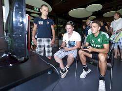 Nick Bakker raakte in 2013 zwaar geblesseerd aan zijn knie, maar kan wel prima gamen met de jonge fans van FC Groningen.