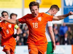 Carel Eiting schreeuwt het uit. De Ajacied maakt zijn debuut bij Oranje u19 en scoort meteen een belangrijke treffer tegen Noord-Ierland. (26-03-2016)