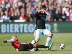 Feyenoord-middenvelder Karim El Ahmadi (l.) is attent en tikt de bal weg voor de voeten van Ajax-middenvelder Lasse Schöne (r.). (23-10-2016)