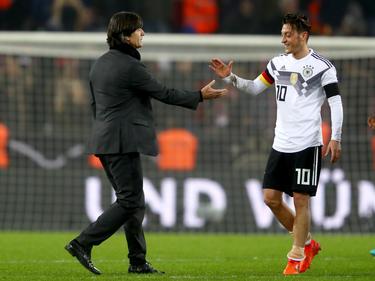 Joachim Löw (l.) blickt mit Mesut Özil der Auslosung der Nations League entgegen