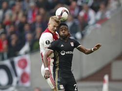 Matthijs de Ligt (l.) gaat het kopduel aan met Maxwel Cornet (r.) tijdens het Europa League-duel Ajax - Olympique Lyon (03-05-2017).