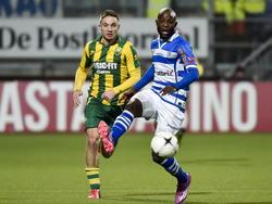 Rechtsbuiten Jody Lukoki (r.) krijgt de bal aangespeeld en linksback Aaron Meijers (l.) zit hem op de huid tijdens ADO Den Haag - PEC Zwolle. (21-02-2015)