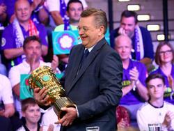 Lukrativ: DFB-Präsident Reinhard Grindel mit dem Pokal