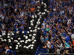 Beim letzten Aufeinandertreffen in der Veltins-Arena musste die Polizei im Block anrücken