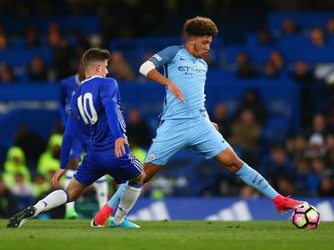 Jadon Sancho (r.) von Manchester City steht Berichten zufolge auf dem Zettel des BVB