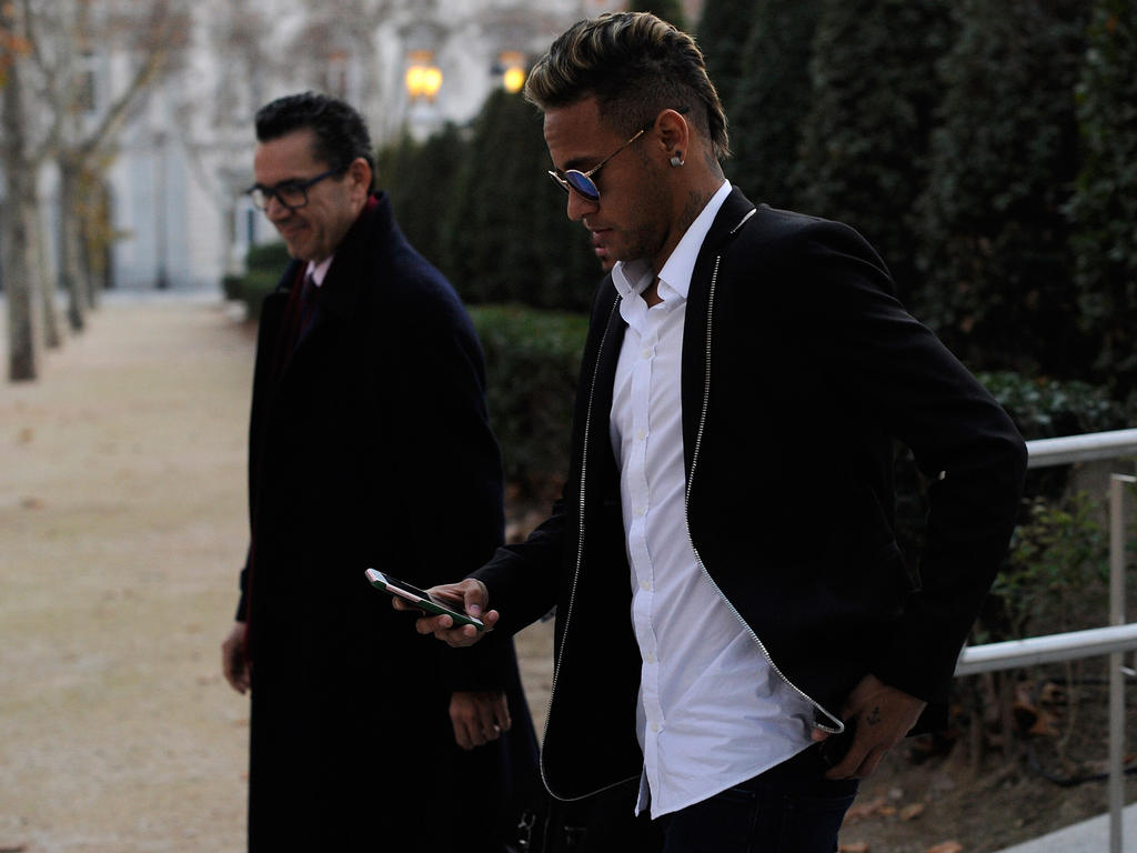 Neymar (r.) muss nun eine erheblich geringere Geldbuße zahlen