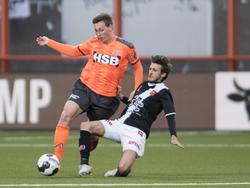 Enzo Stroo (l.) probeert langs Pieter Nys (r.) te komen, maar de speler van MVV legt een sliding om de bal weg te tikken. (28-04-2017)