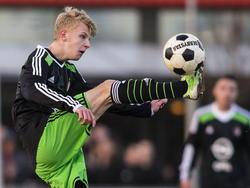 Jari Schuurman neemt de bal tijdens Feyenoord A1 - Ajax A1 op schitterende wijze aan. (17-01-2015)