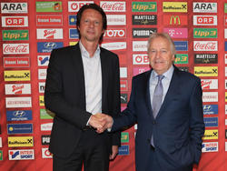 Neo-ÖFB-Sportchef Peter Schöttel wird von Leo Windtner zu seiner Bestellung gratuliert