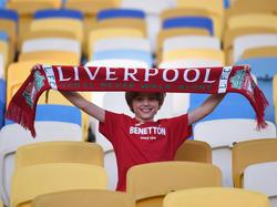 Auch die kleinen Liverpool-Fans feiern schon vor dem Anpfiff in Kiew