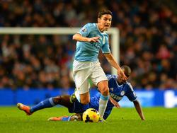 Jesús Navas is Ramires te snel af tijdens Manchester City - Chelsea. (3-2-2014)