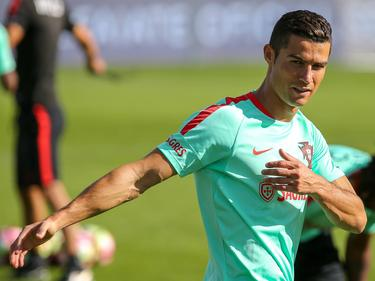 Ronaldo hace estiramientos en un sesión con la selección de Portugal. (Foto: Imago)