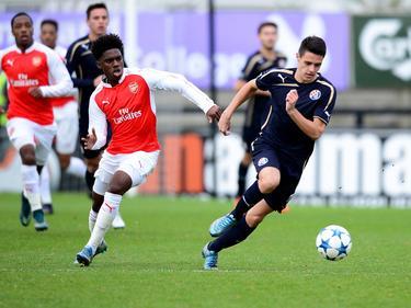 Aaron Eyoma (l.) moet in de achtervolging bij Josip Brekalo (r.) tijdens het duel in de Youth League tussen Arsenal en Dinamo Zagreb (24-11-2015).