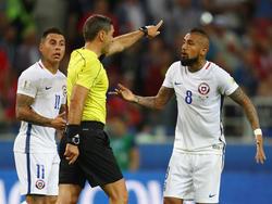 Arturo Vidal (r.) beschwerte sich beim Schiedsrichter - trotz neuer Technik