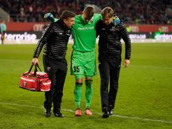 Ingolstadts Martin Hansen wird im Spiel gegen Leipzig an der Kniekehle verletzt
