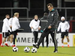 Miroslav Klose arbeitet derzeit als Praktikant im Trainerteam von Joachim Löw