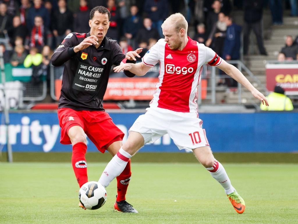 Davy Klaassen (r.) ontdoet zich van Ryan Koolwijk (l.) tijdens Excelsior - Ajax. (19-03-2017)