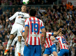 Cristiano Ronaldo (l.) köpft Real früh in Führung