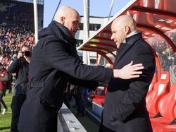 FC Utrecht-trainer Erik ten Hag (l.) begroet Peter Bosz, oefenmeester van Ajax. (22-01-2017)