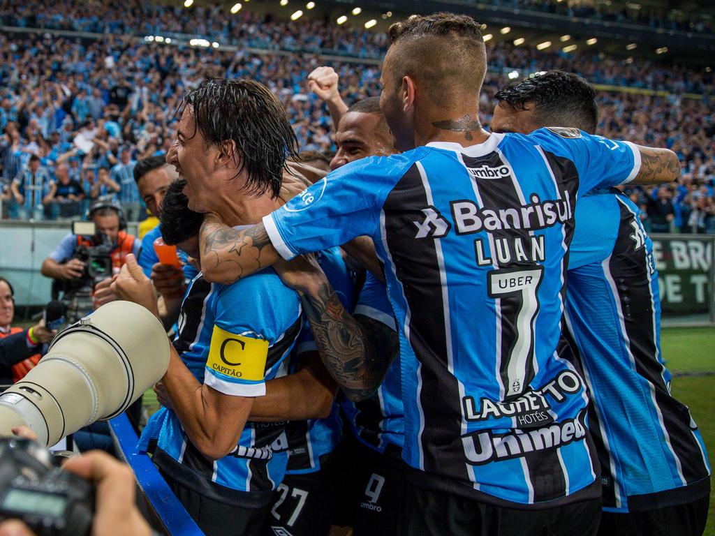 Geromel (l.)und Torschütze Luan (r.) feiern Grêmios dritten Titel