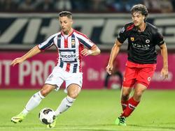 Fran Sol (l.) probeert te ontsnappen aan Jurgen Mattheij (r.) tijdens het competitieduel Willem II - Excelsior (17-09-2016).