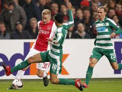 Donny van de Beek (l.) probeert langs Zeca (m.) en Niklas Hult te snellen. (24-11-2016)