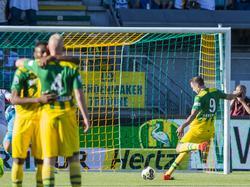 Mike Havenaar schiet zijn eerste doelpunt van het Eredivisieseizoen 2016/2017 raak vanaf de penaltystip tijdens het duel tussen ADO Den Haag en Go Ahead Eagles. (06-08-2016)