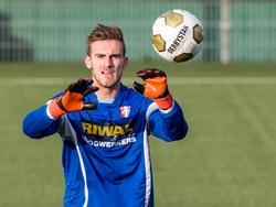 Peter Leeuwenburgh in actie op de training van FC Dordrecht. De gehuurde goalie komt tijdens wedstrijden maar weinig in actie. (17-12-2015)